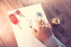 Een mens houdt een Bitcoin-muntstuk in zijn hand zoals een spaander van een casino Royalty-vrije Stock Afbeeldingen