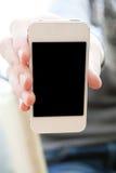 Een mens houdt een smartphone in hand Royalty-vrije Stock Afbeeldingen