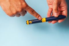 Een mens houdt een spuit voor onderhuidse injectie van hormonale drugs in de IVF-protocolbemesting in vitro Royalty-vrije Stock Foto