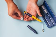 Een mens houdt een spuit voor onderhuidse injectie van hormonale drugs in het protocol & x28 van IVF; fertilization& in vitro x29 Stock Foto