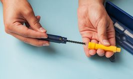 Een mens houdt een spuit voor onderhuidse injectie van hormonale drugs in het protocol & x28 van IVF; fertilization& in vitro x29 Royalty-vrije Stock Afbeelding