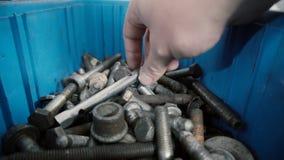Een mens kiest in reeks hulpmiddelen in open die koffer voor reparatie wordt gebruikt stock videobeelden
