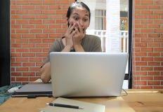 Een mens kijkt aan laptop verraste computer, Geschokte Aziatische mens met h Royalty-vrije Stock Foto's