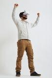 Een mens kijkt blij in 3d virtuele werkelijkheid Royalty-vrije Stock Afbeeldingen