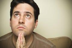 Het kijken omhoog in gebed Stock Afbeelding
