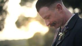 Een mens kijkt op het tijdstip van oude zakhorloges en sluit hen Opeenvolging 3 schot stock footage