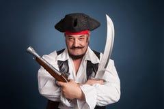 Een mens kleedde zich als piraat royalty-vrije stock afbeelding