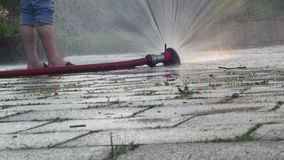 Een mens koelt zijn voeten in de fontein in het Park Abnormale hitte in Europa stock footage