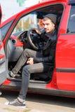 Een mens komt uit zijn auto stock afbeelding