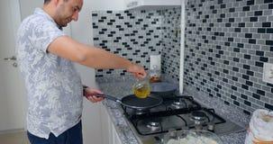 Een mens kookt in een keukenbrand royalty-vrije stock foto's