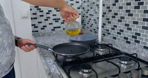 Een mens kookt in een keukenbrand royalty-vrije stock afbeelding