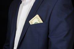 Een mens in een kostuum met een zak is gezien gelddollars, tien dollars, knappe studio, royalty-vrije stock foto