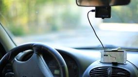Een mens krijgt in de auto en zet de navigator op smartphone aan stock footage