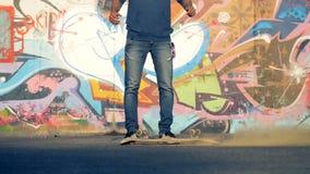 Een mens laat vallen zijn skateboard met gekleurd stof stock footage
