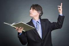 Een mens leest een boek Stock Foto