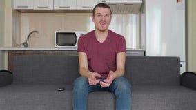 Een mens let op TV stock video
