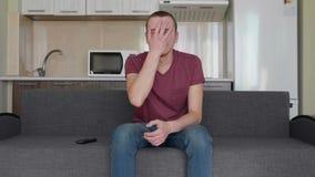 Een mens let op TV stock videobeelden