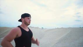 Een mens loopt actief om duurzaamheid te ontwikkelen en een fysieke vorm te handhaven stock footage