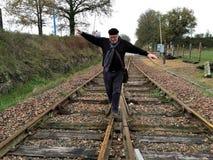 Een mens loopt langs de spoorwegsporen royalty-vrije stock fotografie