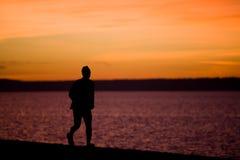 Een mens loopt langs de waterkant bij Strand Alki Royalty-vrije Stock Afbeelding