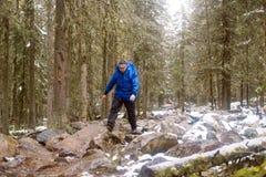 Een mens loopt op rotsen stock afbeeldingen