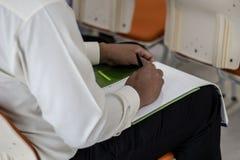 Een mens luistert aan lezingen stock foto