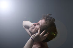 Een mens luistert aan muziek op hoofdtelefoons. Stock Afbeelding
