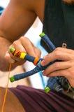 Een mens maakt een ambachtstuk speelgoed Royalty-vrije Stock Fotografie
