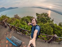 Een mens maakt selfie op de achtergrond van het overzees stock fotografie