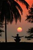 Een mens mediteert stock afbeelding