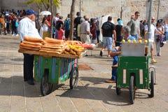 Een mens met brood Stock Foto's