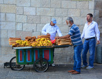 Een mens met brood Stock Foto