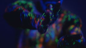Een mens met een baard in het ultraviolette licht Magische passen met handen Close-up van handen Dans in ultraviolet licht  stock video
