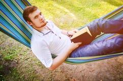 Een mens met een boek in de handen Stock Afbeeldingen