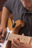 Een mens met een gitaar Stock Afbeeldingen