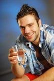 Een mens met een glas water Stock Foto