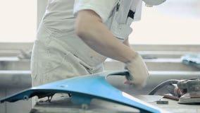 Een mens met een harde doek maakt de randen schoon stock videobeelden