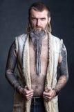 Een mens met een lange baard. Stock Foto's