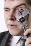 Een mens met een moersleutel Stock Foto