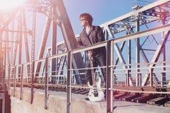 Een mens met een elektrische gitaar op de spoorweg Een musicus in le Stock Fotografie