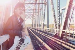 Een mens met een elektrische gitaar op de spoorweg Een musicus in le Royalty-vrije Stock Foto's