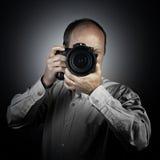 Een mens met fotocamera Stock Afbeeldingen