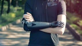 Een mens met Futuristisch robotachtig cyborgwapen
