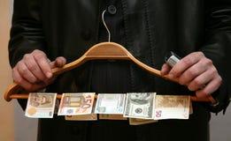 Een mens met geld stock foto's