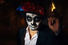 Een mens met een geschilderd gezicht van een skelet, een dode zombie, in de stad in de loop van de dag dag van alle zielen, dag v stock foto
