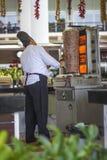 Een mens met een groot mes kookt een Doner Shawarma in een Turks hotel royalty-vrije stock foto