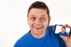Een mens met herhaald zelf-portret op zijn mobiele telefoon royalty-vrije stock afbeeldingen