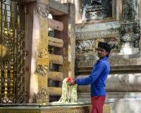 Een mens met het bidden bloeit bij Boeddhistische tempel in Bodhgaya, India Royalty-vrije Stock Fotografie
