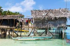 Een mens met Huis op het Water Stock Afbeeldingen