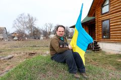 Een mens met een klein varken zit op het gras royalty-vrije stock afbeeldingen